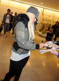 http://img254.imagevenue.com/loc24/th_12544_Christina_Aguilera_arriving_in_Japan_4_122_24lo.jpg